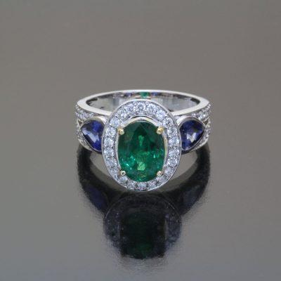 Smaragd und Safir Ring mit Diamanten von Caram